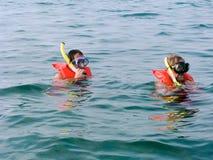 Zwei Männer in den Schwimmwesten und den Schablonen Stockfotos