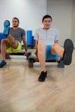 Zwei Männer, die Aerobic-Übung auf Stepper tun Lizenzfreies Stockfoto