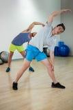 Zwei Männer, die Aerobic-Übung tun Stockfoto