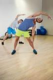 Zwei Männer, die Aerobic-Übung tun Stockfotografie