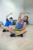 Zwei Männer, die Aerobic-Übung tun Lizenzfreie Stockfotos