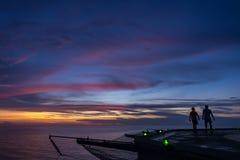 Zwei Männer, die auf Ölplattformhubschrauber-landeplatz gehen Stockbild