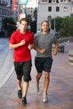 Zwei Männer, die auf städtischer Straße laufen Lizenzfreie Stockbilder