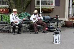 Zwei Männer, die Banjos für Unterhaltung, Verkehr, Pennsylvania, im Mai 2013 spielen Stockfotografie