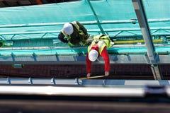 Zwei Männer, die an Baustelle arbeiten stockfotografie