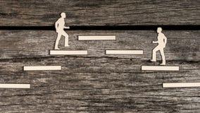 Zwei Männer, die das gleiche Ziel oder Position anstreben Stockbilder