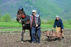Zwei Männer, die das Land bearbeiten Stockbild