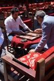 Zwei Männer, die ein Spiel des Backgammons genießen Lizenzfreie Stockfotografie