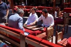 Zwei Männer, die ein Spiel des Backgammons genießen Lizenzfreies Stockbild