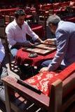 Zwei Männer, die ein Spiel des Backgammons genießen Stockbilder