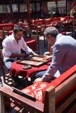 Zwei Männer, die ein Spiel des Backgammons genießen Stockfotografie