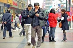 Zwei Männer, die Handy verwenden Stockfotografie