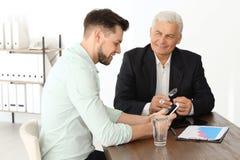 Zwei Männer, die mit einander sich beraten lizenzfreie stockfotografie
