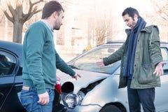 Zwei Männer, die nach Autounfallunfall argumentieren lizenzfreies stockfoto