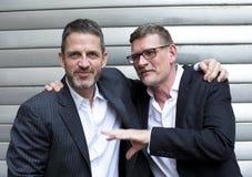 Zwei Männer, die sich umarmen Stockfoto