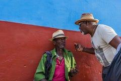 Zwei Männer, die in Trinidad, Kuba sich besprechen Stockfotografie