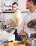 Zwei Männer, die zu Hause kochen Stockfoto