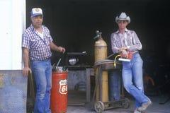 Zwei Männer an einer alten Tankstelle Lizenzfreie Stockfotos