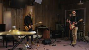 Zwei Männer, eins von ihnen spielt eine E-Gitarre stock footage