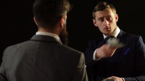 Zwei Männer im Kostümzählungsgeld Schattenwirtschaft Ein Mann empfängt ein Bestechungsgeld von einem Beamten stock video