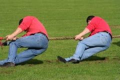 Zwei Männer im Tauziehen Stockbild