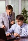 Zwei Männer - jung und reif die Frage besprechen Stockfotos