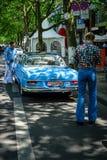 Zwei Männer kleideten im Stil des 70 ` s Blickes an Mercedes-Benz 220 Se an Lizenzfreie Stockfotografie