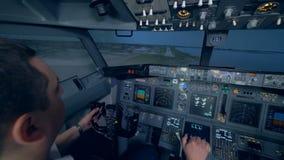 Zwei Männer landen ein Flugzeug in einer Flugsimulation stock video footage