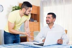 Zwei Männer mit Dokumenten Lizenzfreies Stockbild