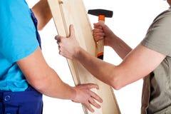 Zwei Männer mit Planke und Hammer Lizenzfreie Stockfotografie
