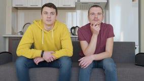 Zwei Männer passen Fernsehen und die Unterhaltung auf stock video footage