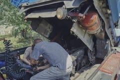 Zwei Männer reparieren den LKW, arbeiten stark an einem heißen Tag stockfotos