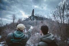 Zwei Männer sind gefundene unbekannte Steinwand im Wald Blitzst. Lizenzfreies Stockfoto