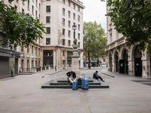 Zwei Männer sitzen an der Basis von Nehru-Fehlschlag in Indien-Platz, London stockbilder
