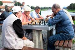 Zwei Männer spielen ein Schach Stockbilder