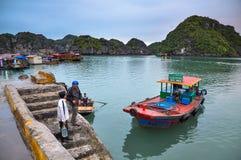 Zwei Männer sprechen auf den Docks von Cat Ba-Insel Lizenzfreies Stockfoto