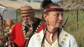 Zwei Männer und eine Frau in den ethnischen Kostümen sind lebhaftes Schlagen der Rhythmus auf den Trommeln Scythian-Kultur stock video footage