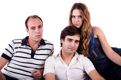 Zwei Männer und eine Frau, die auf der Couch sitzt lizenzfreie stockfotos