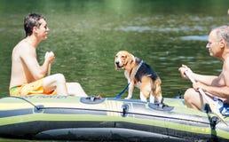 Zwei Männer und ihr Hund, die auf Clackamas-Fluss flößen Stockfotografie