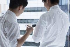 Zwei Männer, zum von Freunden zu sprechen Lizenzfreies Stockbild