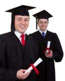 Zwei männliche Absolvent mit den Rollen, lokalisiert auf Weiß Stockfoto