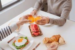Zwei männliche Freunde, die zu Hause Frühstück am Morgen essen stockbilder