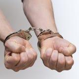 Zwei männliche Hände mit Handschellen gefesselt Lizenzfreie Stockbilder