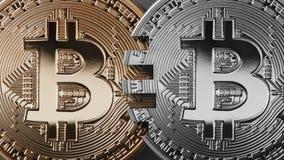 Zwei Münzen bitcoin auf einem schwarzen Hintergrundgeldüberweisungskonzept Lizenzfreie Stockbilder
