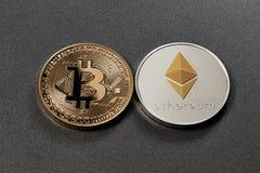 Zwei Münzen bitcoin und ethereum auf einem dunklen Hintergrund Die goldene Taste oder Erreichen für den Himmel zum Eigenheimbesit Lizenzfreie Stockbilder