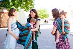 Zwei Mütter, die ihrem schwangeren Freund Rat geben stockbilder