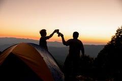 Zwei m?nnliche Touristen sind an der Spitze des Berges gl?cklich lizenzfreie stockfotografie