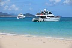 Zwei machten touristische Boote weg von Whitehaven-Strand fest Lizenzfreies Stockbild