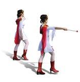 Zwei Majorettes mit weißen Kleidern, roten Matten und Schals Stockfotografie
