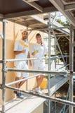 Zwei Maler auf dem Gestell, das die Kamera untersucht lizenzfreie stockfotografie